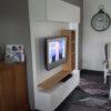 Meuble tv ou télévision avec espace de rangement. En finition laquée et placage chêne.