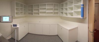 Un ensemble de meubles blanc comprenant des meubles bas et meubles haut avec meubles en coin et plan de travail blanc