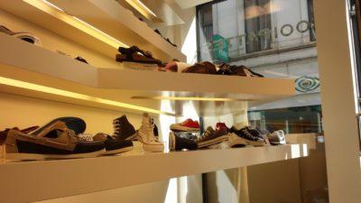 étagères de magasin de chaussures laquée blanc. Eclairage intégré.