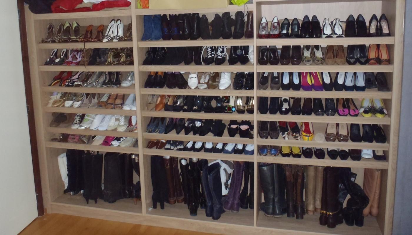 armoire meuble chaussures dans une villa de grez. Black Bedroom Furniture Sets. Home Design Ideas