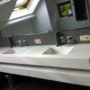 Meuble de salle de bains - sdb - réalisé en Corian avec deux vasques intégrées. Le meuble à également deux tiroirs avec une finition blanche laquée.