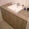 Meuble de salle de bains - sdb composé d'une vasque déposée sur la tablette. Finition en panneau mélaminé avec tablette en stratifié.