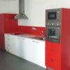 Meubles personnalisés pour un ensemble de cuisine rouge et blanc avec crédence en stratifié rouge.