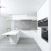 menuiserie intérieure cuisine en forme de U avec ilot. Nombreuses niches pour électro.