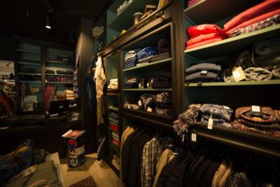 Ensemble d'étagère pour un magasin fashion ou de vêtements style jeans. Design authentique et bois brut.