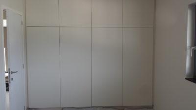 Meuble placard ou dressing comprenant portes, tringles, étagères.