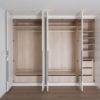 Intérieur d'un meuble placard ou dressing avec tiroirs, tringles et étagères.