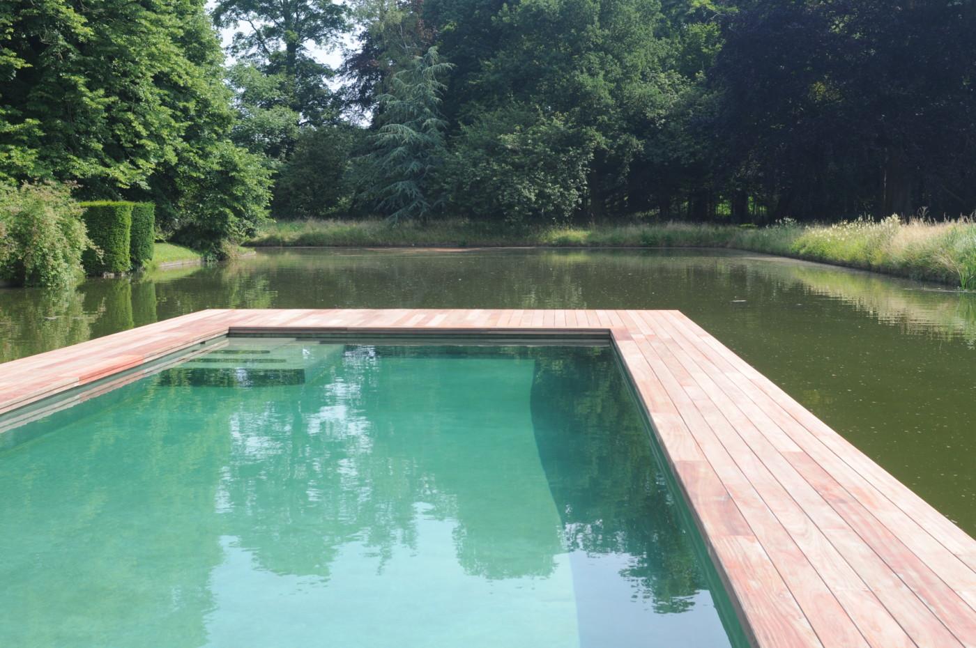 Plancher de terrasse en bois autour d 39 une piscine wavre for Plancher bois piscine exterieur