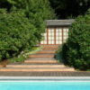 Belle terrasse sur mesure design en Ipé rejoignant un poolhouse à une piscine