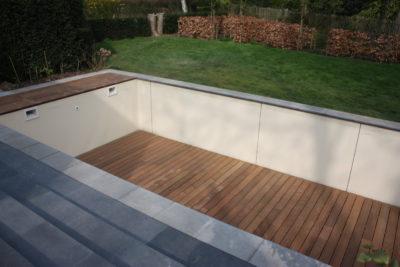 Belle terrasse design en ipé fixé dans le fon d'une piscine
