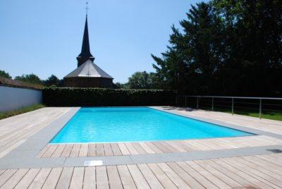 Belle terrasse design en ipé englobant une piscine à Dinant