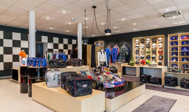 Aménagement d'un magasin d'accesoir de karting menuiserie sur mesure meuble mobilier wavre waterloo