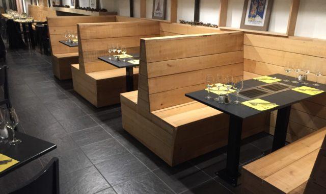 Menuiserie sur mesure table bois brut restaurant vernis banquette tram hêtre