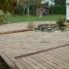 terrasse en bois sur mesure avec un étang au milieu