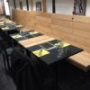Aménagement d'un restaurant bruxellois sur mesure table sur mesure banquette bois table bois chaise menuiserie sur mesure