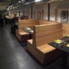 aménagement d'un restaurant a Bruxelles à l'aide de bois brut hêtre table sur mesure menuiserie sur mesure