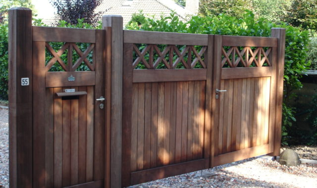 portail bois padouck maison automatisé allée de garage portail a croissillons boites aux lettres graviers