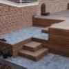 Terrasse en bois et pierre avec escalier contre un mur à Wavre le bois utilisé est de l'ipé de l'éclairage y est intégré perwez et chaumont gistoux
