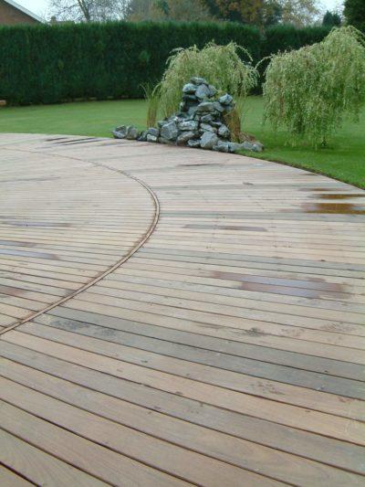 terrasse arrondie en bois ipé sur mesure lasne fontaine plantation maison classique pierre jardin aménagement