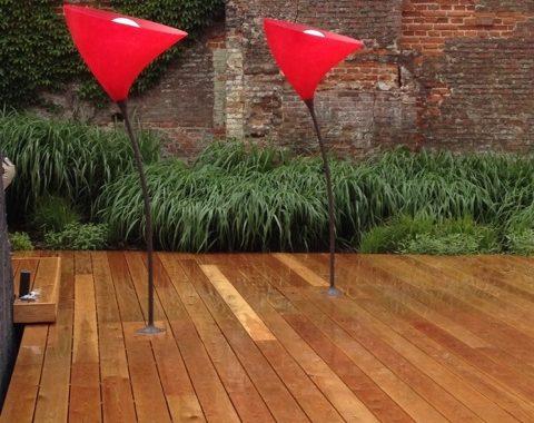 terrasse en bois en mélèze plancher de jardin éclairage sur mesure avec banquette et bac à fleur intégré pour le garage bmw à bruxelles