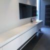 Meuble sur mesure évier laqué et tablette corian. meuble suspendus.