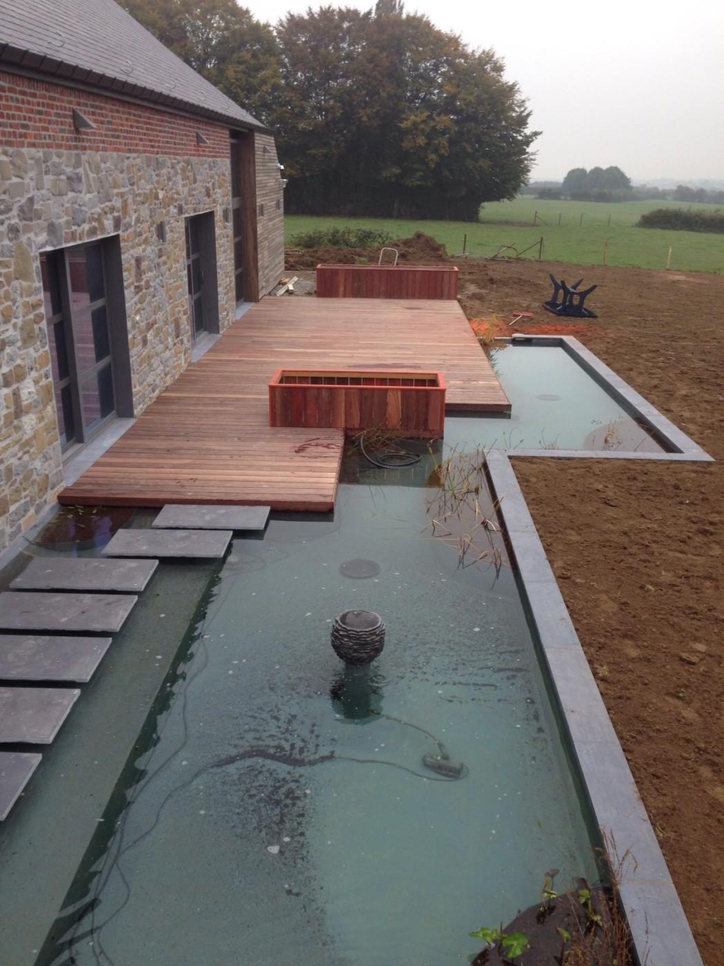 Terrasse sur mesure et moderne lasne au bord d 39 une piece d 39 eau bac a fleur sur mesure pierre for Terrasse moderne contemporain