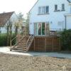 escalier a claire voie asimétrique terrasse en hauteur palissade et bardage maison blanche jardin pas planté