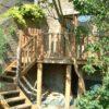 escalier en bois enfuit dans la végétation pilotis haut maison terrasse en bois sur mesure a waterloo