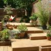 escalier ipe en plaier forme de terrasse avec plantation bruxelle. retenue de terre en bois exotique mur en brique terrasse sur mesure