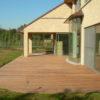 maison du brabant wallon avec terrasse arrondie en bois de wavre menuissierie sur mesure baie vitrée jardin