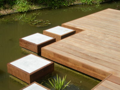 terrasse carrée au milieu d'une piece d'eau moderne avec carre en pierre bleue du hainaut menuisier