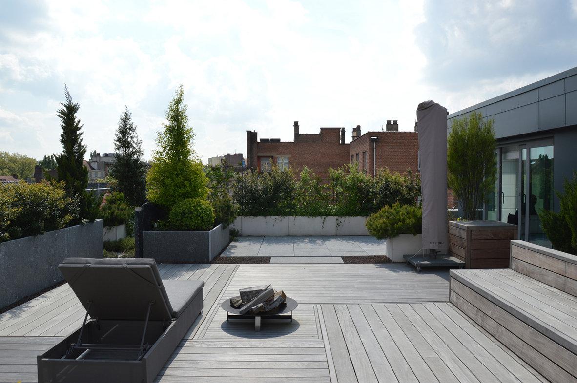 terrasse en bois sur toit de bruxelles avenue louise banquette integree en bois bac a fleur