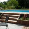 Terrasse en bois et pierre piscine grande brun eau escalier Wavre