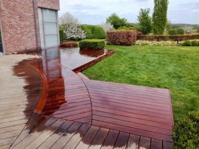 déchargement de béton dans un jardin pour la réalisation d'une terrasse en bois