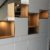 meuble blanc le long d'un escalier avec des niches en chênes et éclairage sur mesure