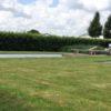 Plage de piscine en padouck pour l'entreprise naessens swimming pool lit de jardin pelouse tondue menuiserie sur mesure terrasse en bois