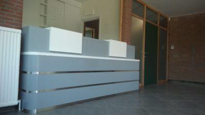 comptoir accueil arrondis pour commune. peint en gris avec strat blanc et liseret inox