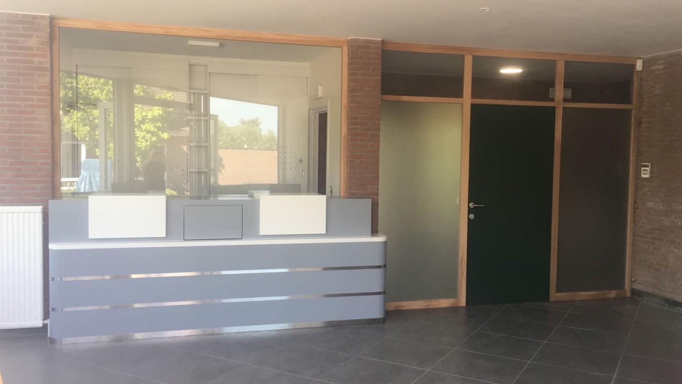 Desk d acceuil commune dhelecine peinture laquee porte et vitrine