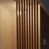 claustra devant toilette eclairage sur plafond chene bois massif paravent