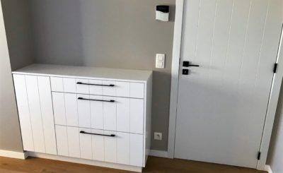 console blanche de chambre à coucher avec style classique et tiroir soft close. meuble sur mesure walhain