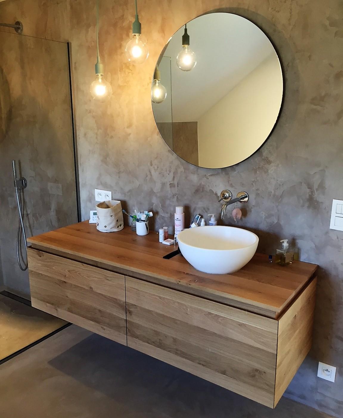 meuble de salle de bain moderne dans une villa contemporaine ...