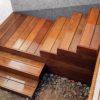 escalier extérieur terrasse en bois devant une maison contemporaine garde-corps en inox et bois