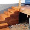 escalier en plancher de terrasse terrasse en bois devant une maison contemporaine garde-corps en inox et bois