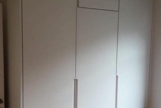 meuble sur mesure design et contemporain porte laquée blanc forme asymétrique