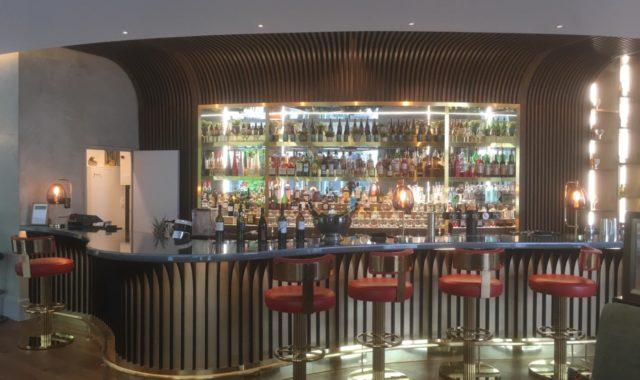 bar arrondis hotel de luxe tabouret rouge