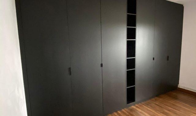 dressing sur mesure penderie noir avec portes sur mesure et niche ouverte ua milieu. meuble à Villers le bouillet